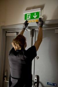 Marcus monterar nödbelysning - Kulturhuset